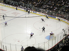 9c2c7caa869d6 Ľadový hokej - tímová športová hra na ľade, akýsi hokej, pozostávajúci z  konfrontácie dvoch tímov, ktoré pri prechode puku s palicami majú tendenciu  hádzať ...